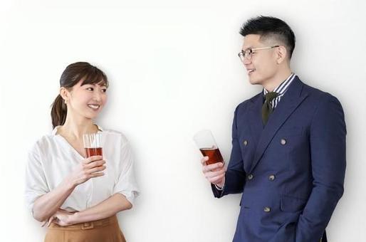 亞洲商務人士拿著一杯和談話在交流會