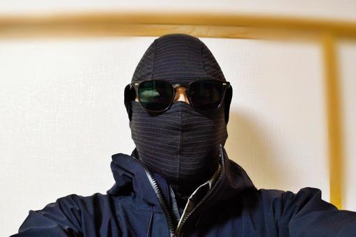 バラクラバ(フルフェイスマスク)を着た男性