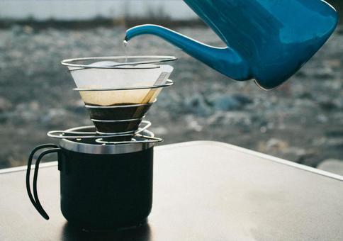 川辺で飲むコーヒー