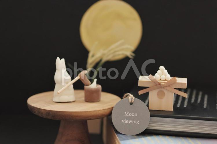 お月見(英語)と書いたタグと餅つきしているうさぎとお月見団子のミニチュアの写真