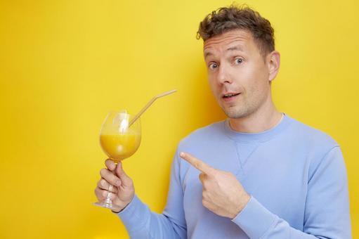 男性外國人指向果汁