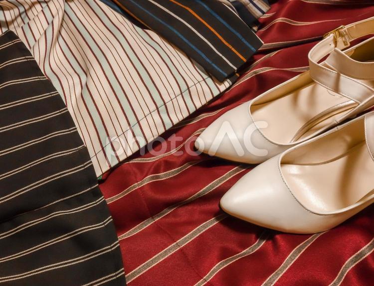 レディース ファッションイメージ 白い靴とストライプのスカートの写真