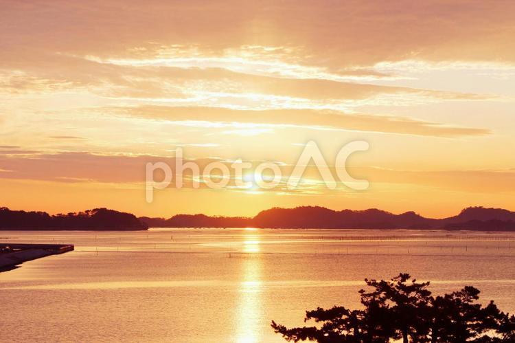 空 朝日 日の出 オレンジ 松島の景色の写真