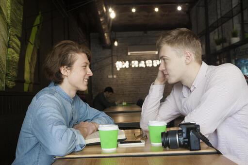 同性戀夫婦28坐在咖啡桌座位
