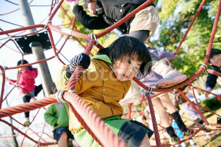 公園の遊具で遊ぶ子供の写真