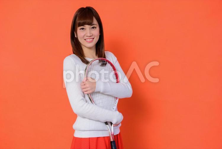 ラケットを抱える女子大生2の写真