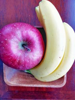 나무 접시에 사과와 바나나