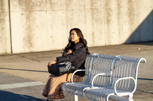 벤치에 앉아 휴식 여성 인물