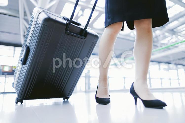 スーツケースを持つ女性の写真