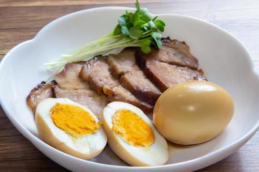 삶은 계란과 구운 돼지 고기