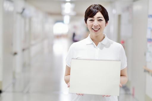 スケッチブックを持つ介護士
