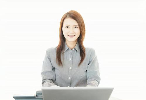 在筆記本電腦上工作的女子