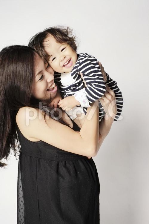 抱っこされる女の子 2の写真