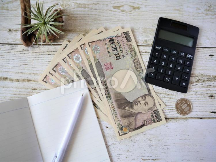 お金と電卓(3)一万円札の写真