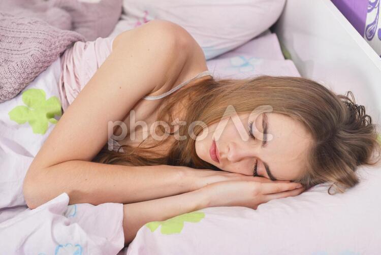 睡眠中の外国人女性6の写真