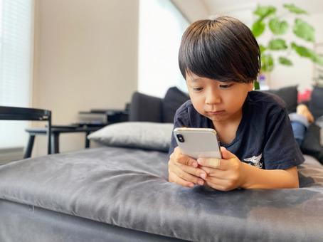 處理智能手機的男孩_ 01
