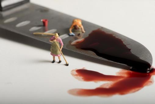 女人抹染成红色菜刀微型5