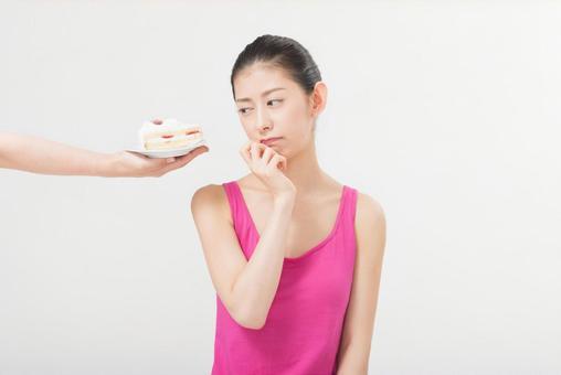 Female 2 to break the cake