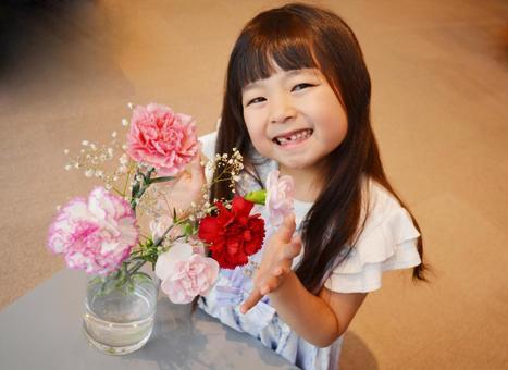 微笑與一束女孩康乃馨