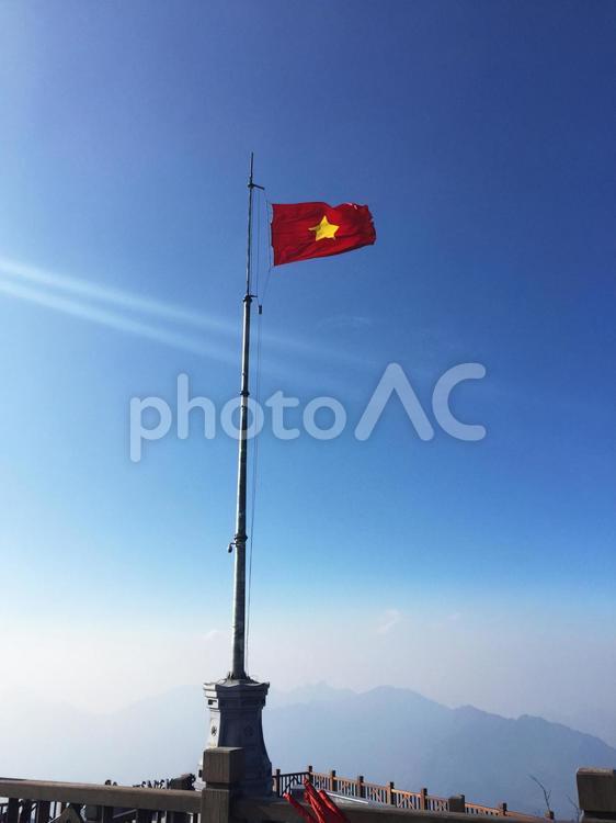 ファンシーパン頂上のベトナム国旗の写真