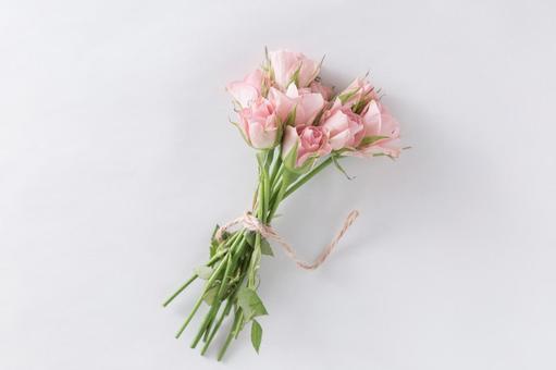 봄의 이미지 삼실에서 맺은 핑크 장미 꽃다발