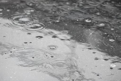 瀝青地面和雨水在下雨天的漣漪