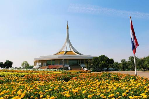 방콕 라마 9 세 기념 공원의 화단과 태국 국기