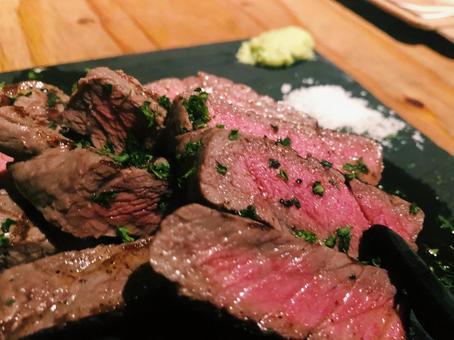 레어 스테이크 고기 요리