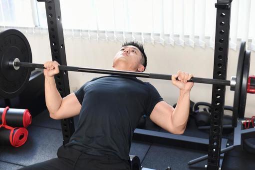 強壯男子在健身房給臥推
