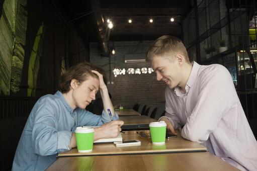 同性戀夫婦14坐在咖啡桌座位