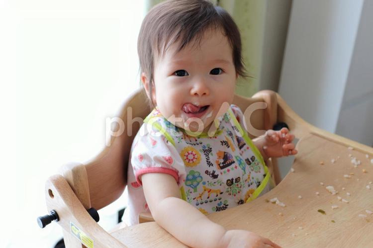 赤ちゃんと食べこぼしの写真