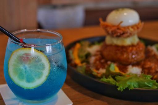 藍色飲料和Loco Moco食品