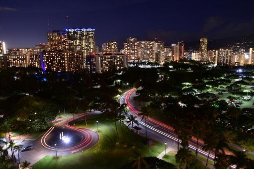 從夏威夷的一座摩天大樓的夜景