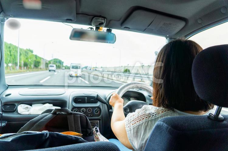 高速道路を渋滞なく順調に進む女性ドライバー フリー素材無料素材写真イメージの写真