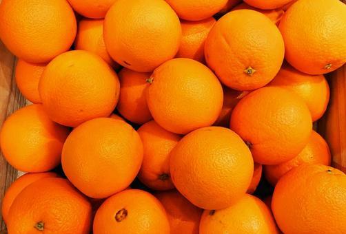 很多在一個木盒子裡的美味橙子