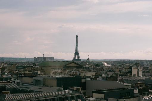 에펠 탑과 파리의 거리 풍경