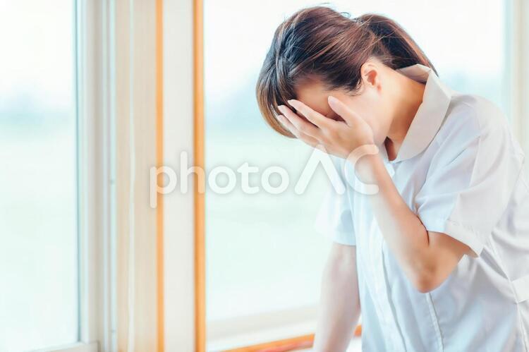 落ち込む看護師の写真