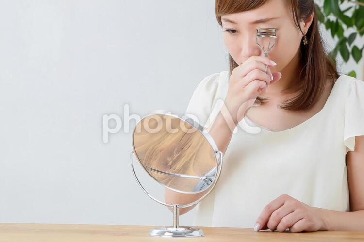ビューラーをする女性の写真