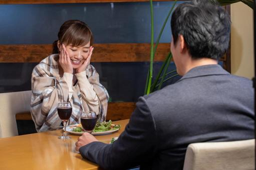 Men and women who eat at the restaurant