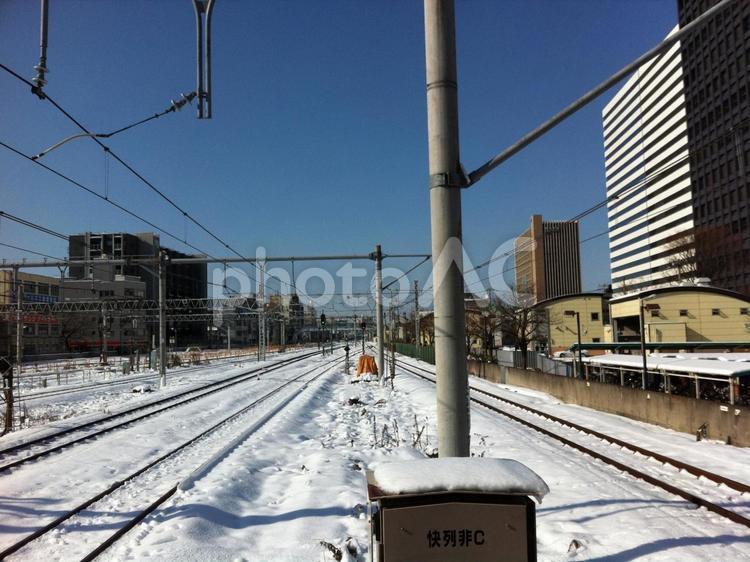 中野站在一个下雪天