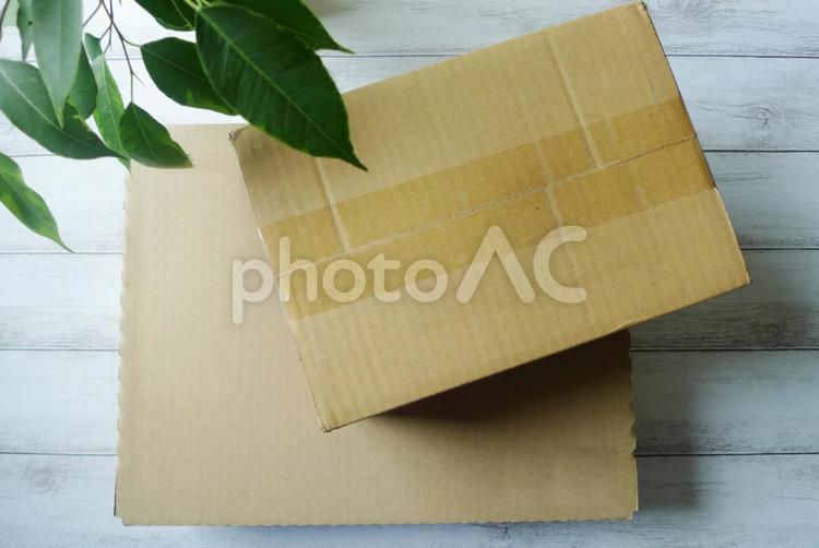 段ボール箱の荷物の写真