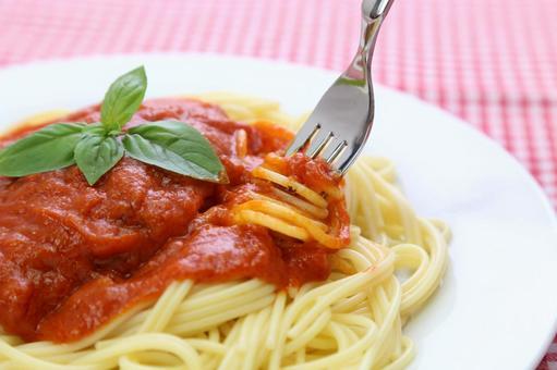 빨간색 체크 배경 토마토 소스 파스타 10