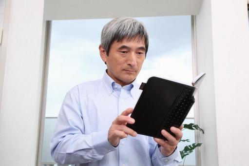 查看筆記本電腦的資深男3