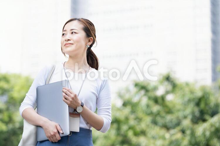 ビジネス街のキャリアウーマンの写真