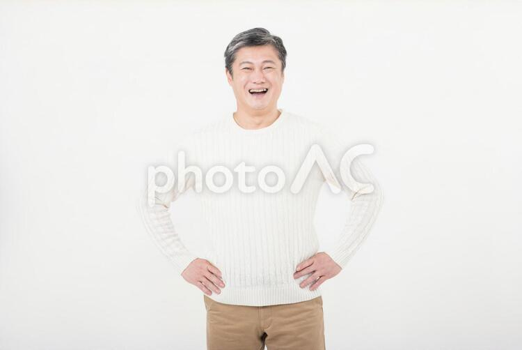 腰に手を当てる中年男性3の写真