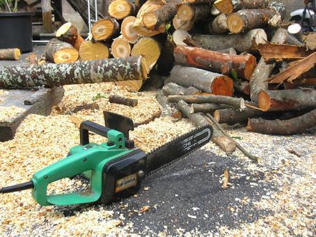 电锯和柴火