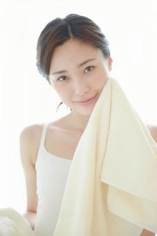 수건으로 얼굴을 닦는 여성 2