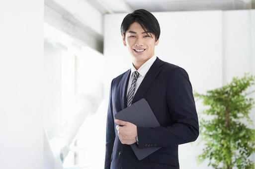 미소로 카메라 시선의 일본인 남성 사업가