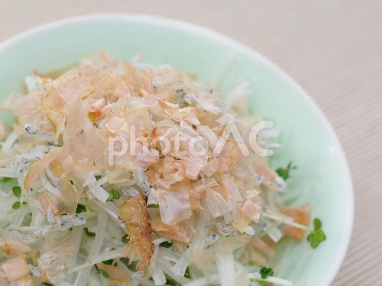 ブロッコリースプラウトと大根のサラダの写真