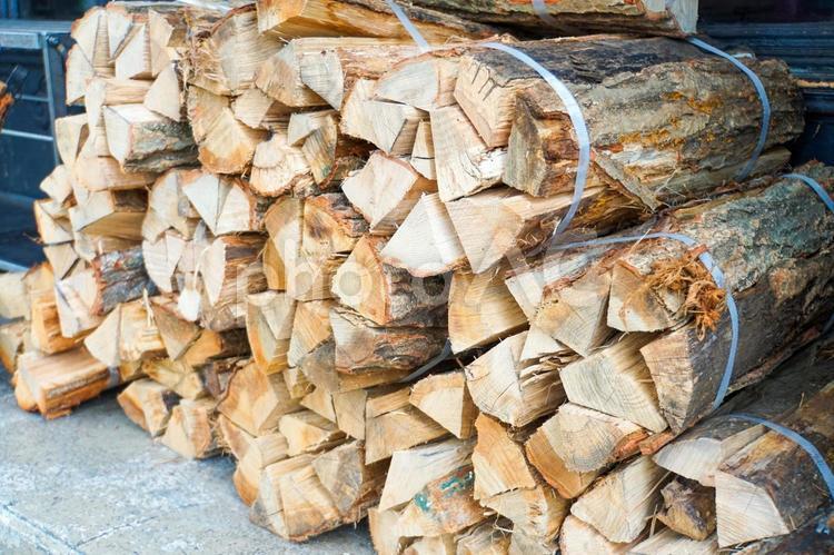 積まれた薪の写真